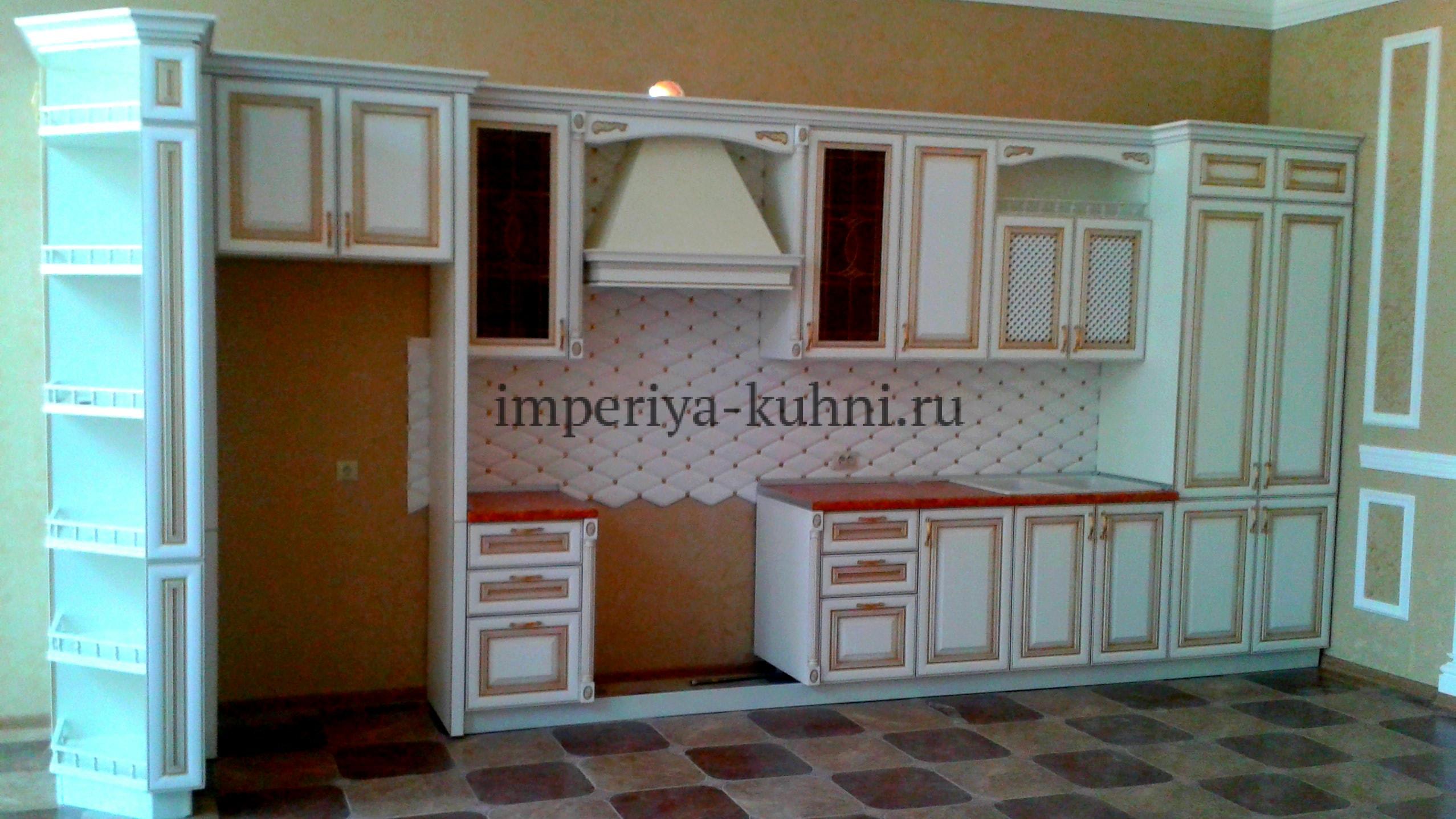 Фото кухни из массива ольхи.Модель-Ника. Цвет-белый с золотой патиной.