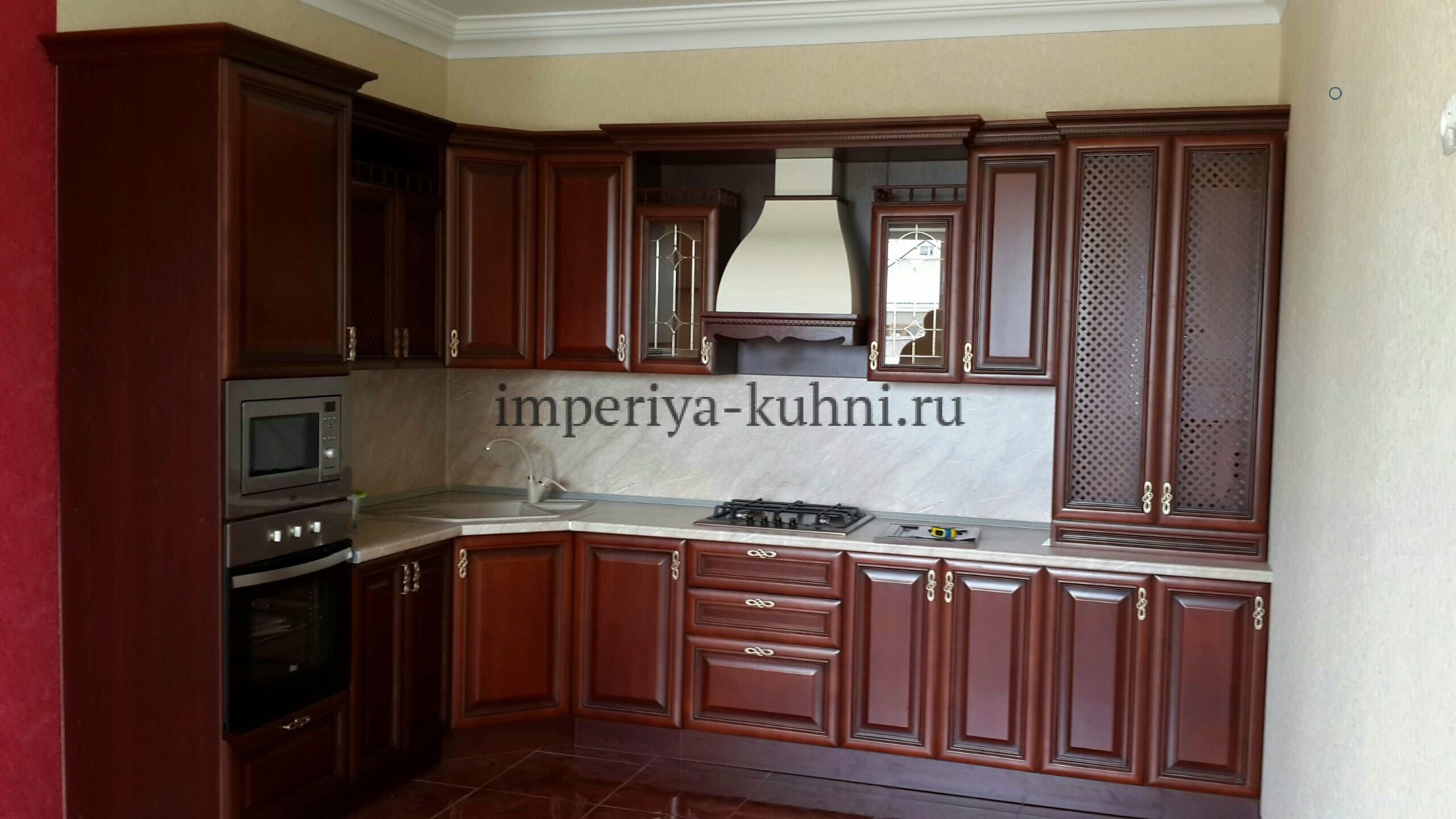 Фото кухни из массива ольхи. Модель- Татьяна. Цвет-вишня.